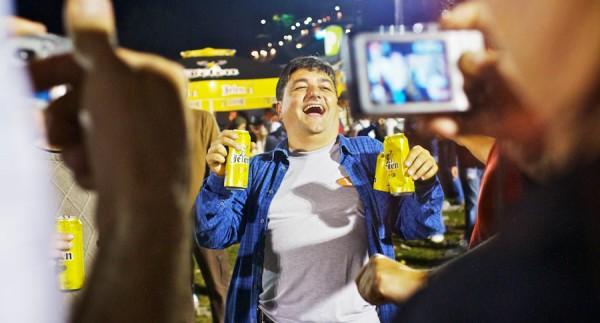 Gordinho bêbado com latas de cerveja