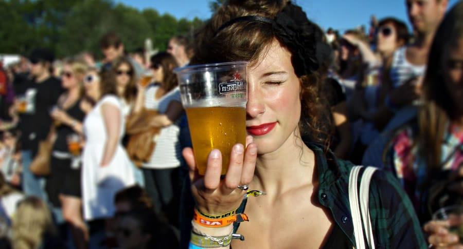 Mulher segurando um copo de Heineken