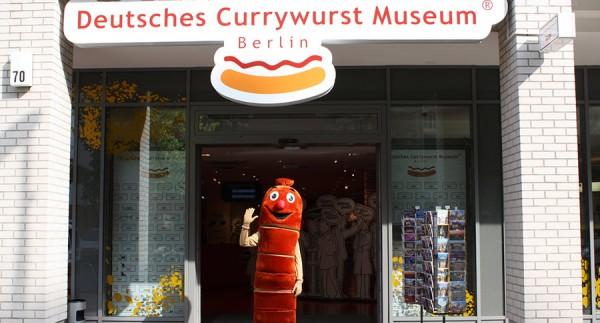 Museu com um homem vestido de salsicha Currywurst