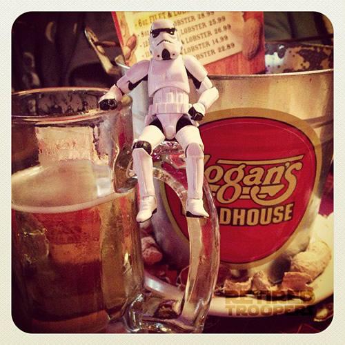 Trooper sentado numa caneca de cerveja