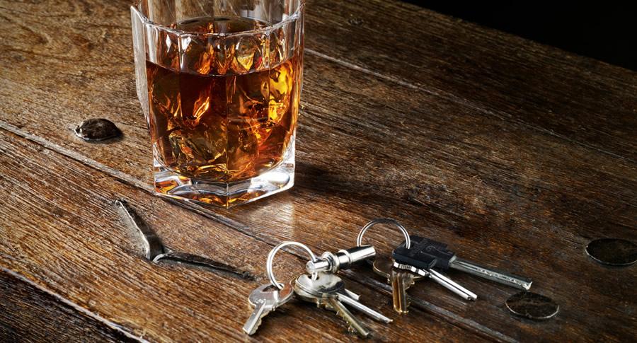 Copo de whisky e uma chave carro