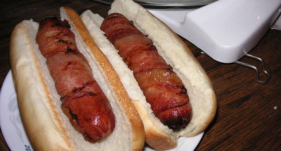 Dois cachorros quentes com bacon