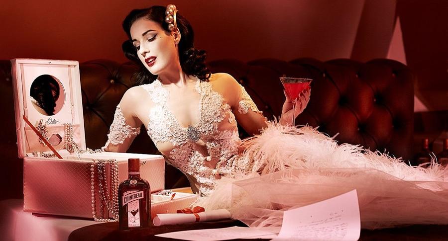 Dita Von Teese com uma garrafa de Cointreau
