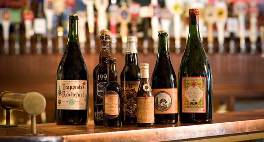 Bar Ebenezer com garrafas de cerveja