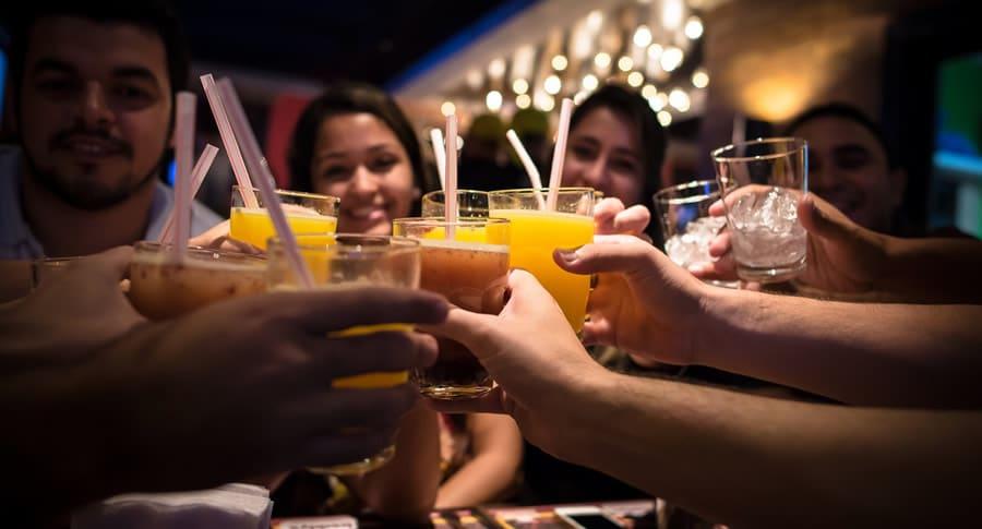 Amigos em um bar fazendo um brinde