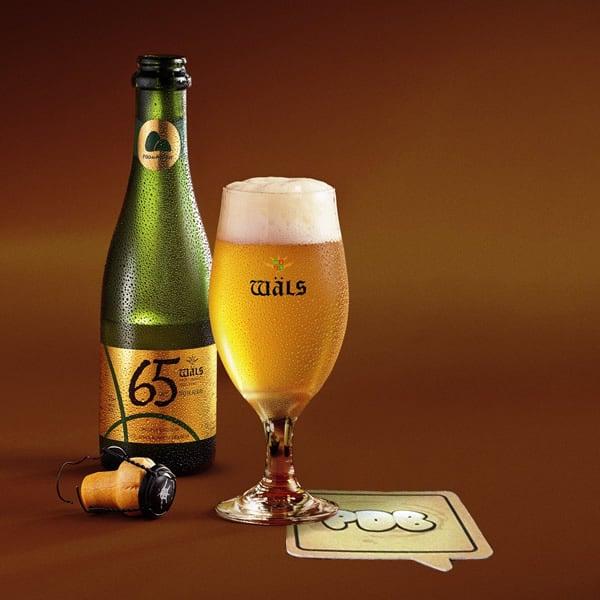 Cerveja 65 anos com garrafa e copo