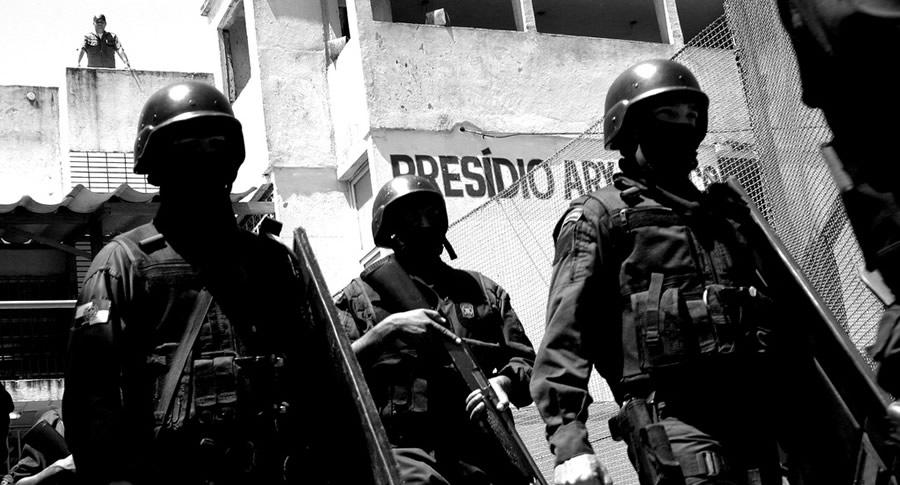Policiais saindo do presidio