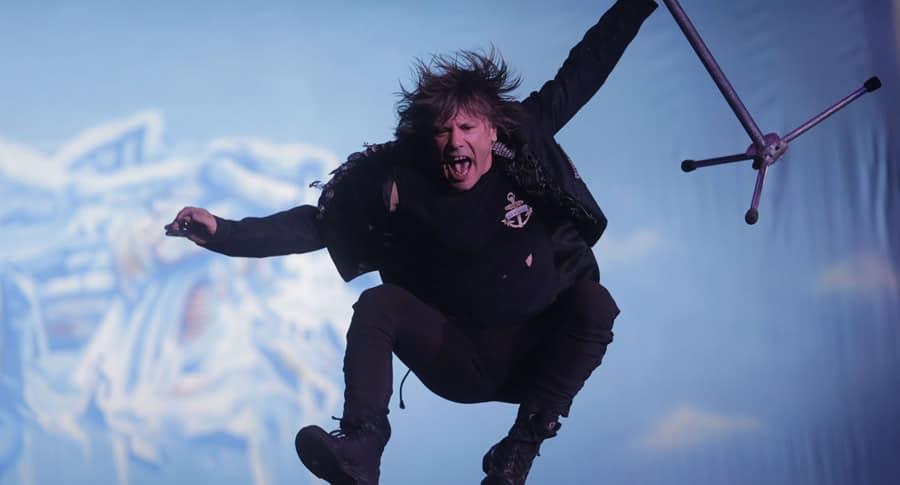 Bruce Dickinson pulando