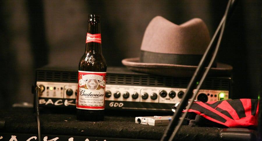 Caixa de música com um chapéu e uma Budweiser