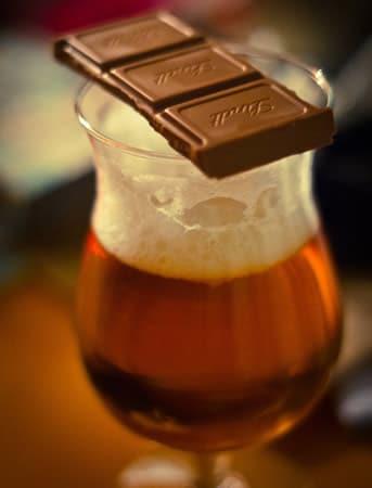 Copo de cerveja com mel, chocolate e especiarias
