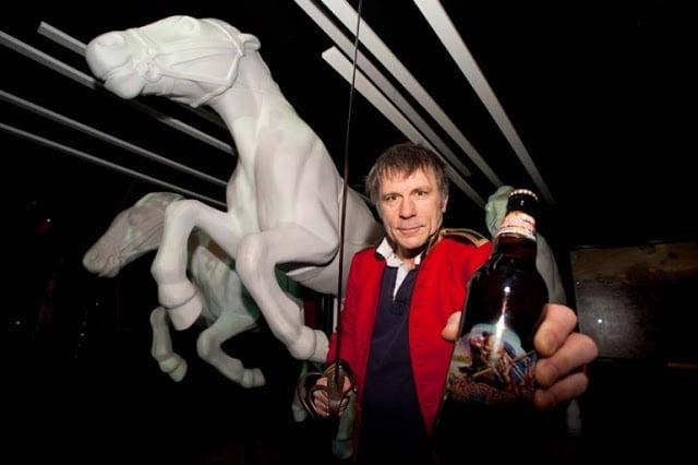 Bruce Dickinson segurando a cerveja Trooper