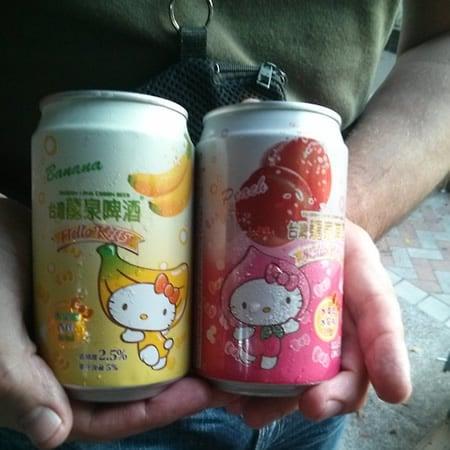 Latas da cerveja da Hello Kitty