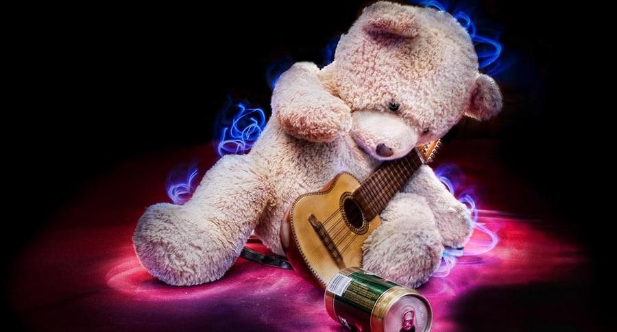 Urso com um violão e cerveja, mostrando que Cerveja combina com música