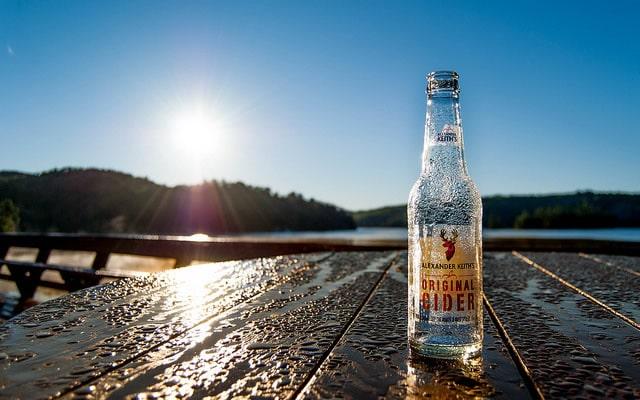 Nascer do Sol e uma garrafa de cerveja