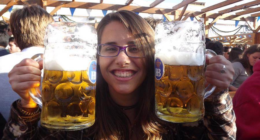 Garota segurando copo de cerveja na Oktoberfest de Munique