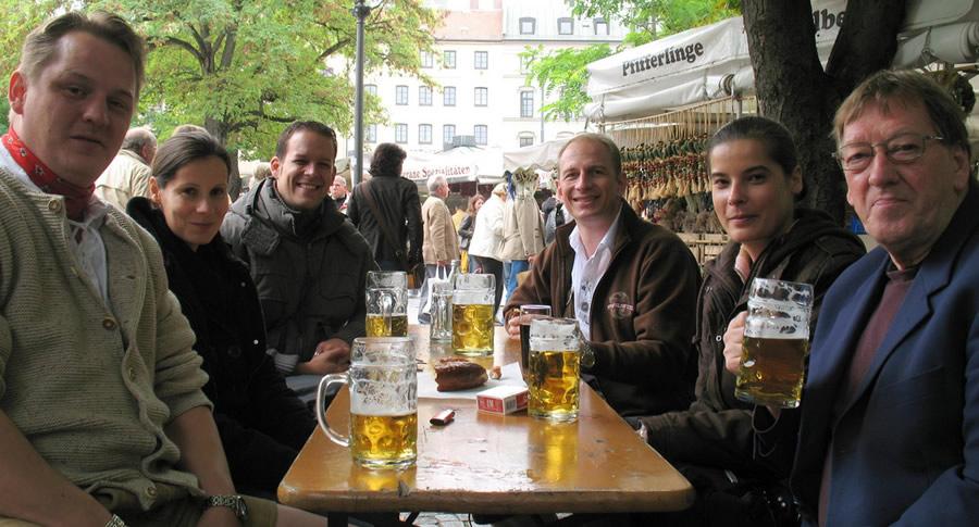 Mesa e bebedeiras da Oktoberfest de Munique