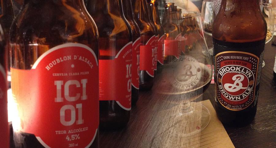 Garrafas de cerveja da degustação no ICI Brasserie