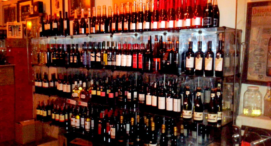 Garrafas de vinho do bar Barricão