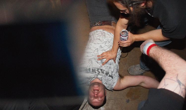 Homem desmaiado de bêbado depois de ingerir álcool