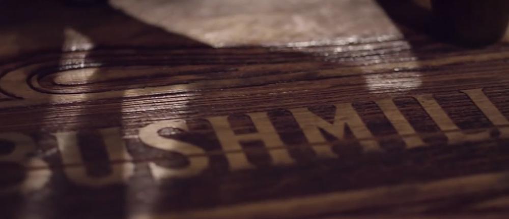 Fone de ouvido feito com madeira de whisky