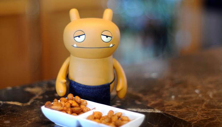 Boneco com amendoins mostrando as 55 regras