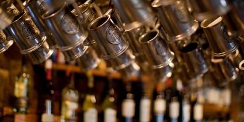 Canecas penduradas num bar