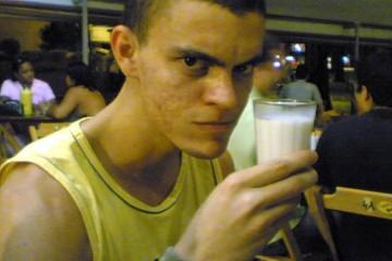 Marco Gomes segurando um copo de leite