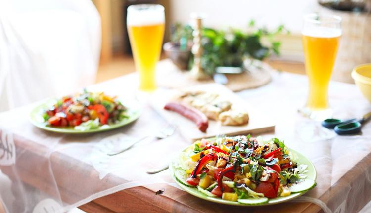 Mesa com uma Harmonização de Saladas e Cervejas