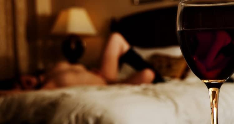 Mulher num orgasmo com vinho