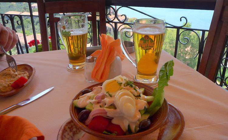 Pote de salada com cerveja