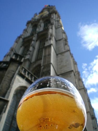Copo de cerveja com igreja ao fundo