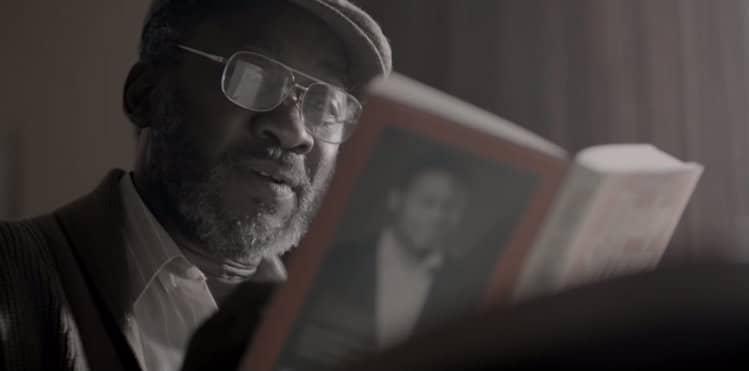 Pai lendo livro na campanha do Bell's