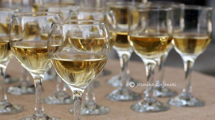 Taças de vinho branco