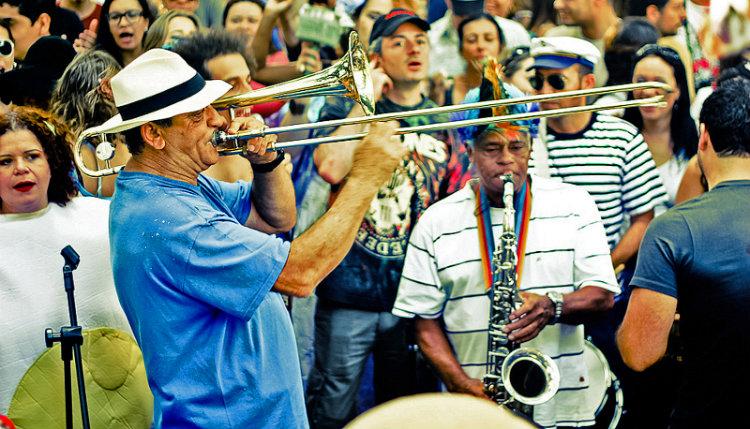 Homem tocando trombone no carnaval