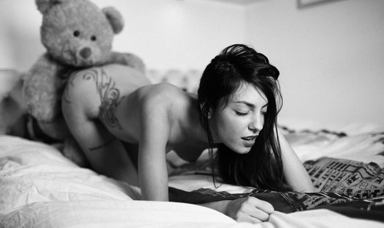 Urso comendo uma mulher de 4