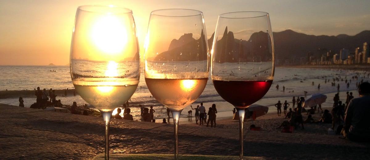 Vista da praia e taças de vinho