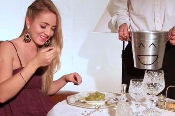 Betina comendo jiló