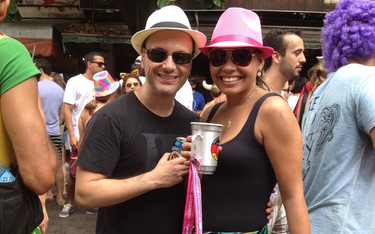 Casal bebendo no carnaval