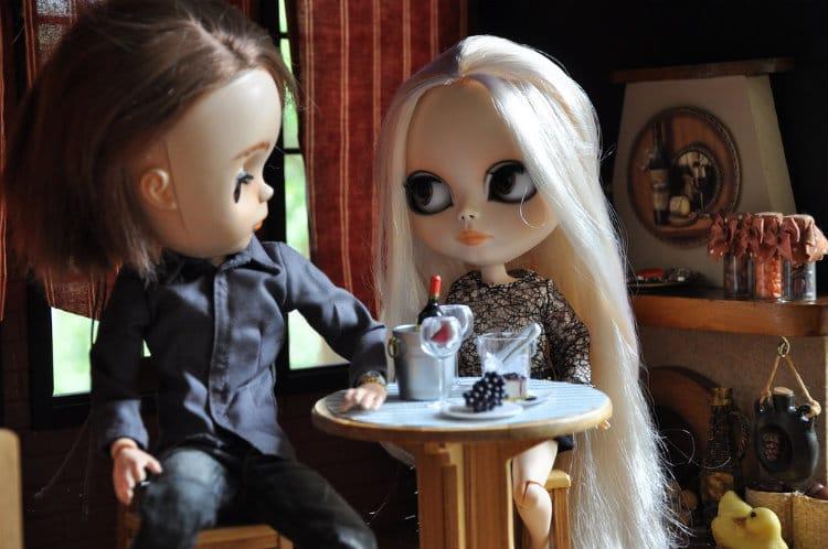 Casal bonecos, com um homem cafajeste