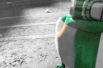 Lata da Heineken em cima do chapéu