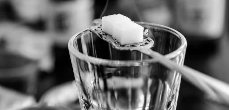 Copo e colher com absinto