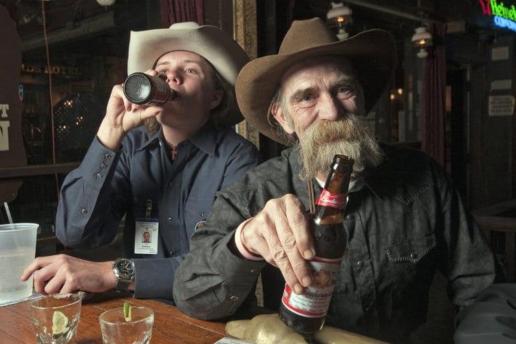Cowboys bebendo cerveja