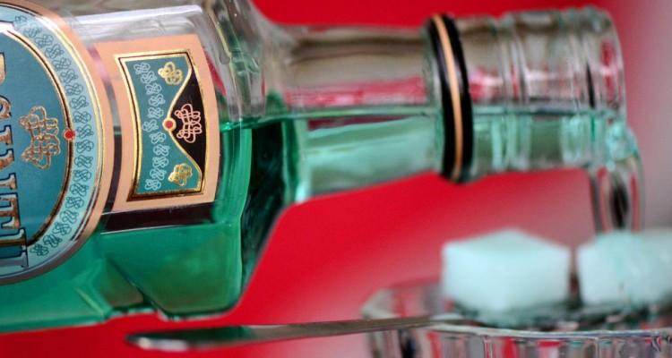 Garrafa e copo de absinto
