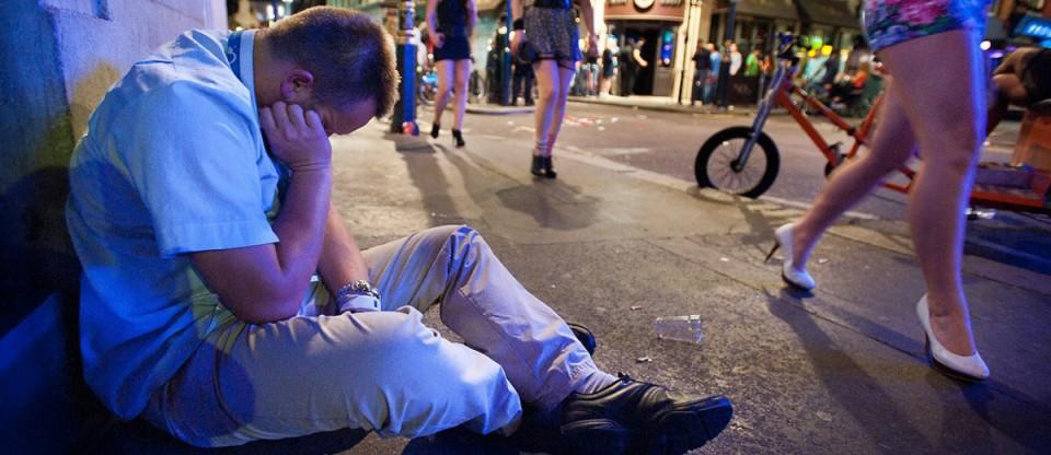 Homem dormindo bêbado