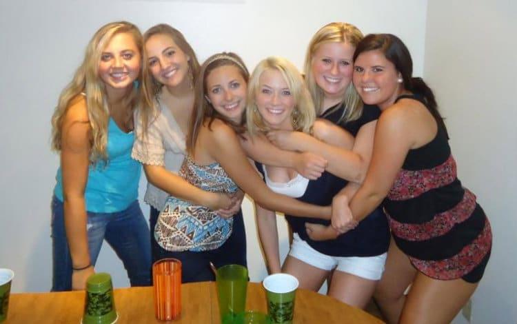 Meninas roommates bebendo juntas