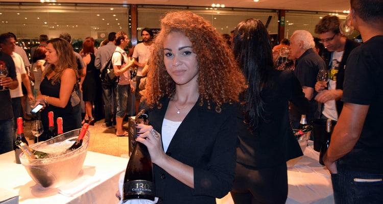 Mulher segurando uma garrafa de vinho no Encontro de Vinhos 2014