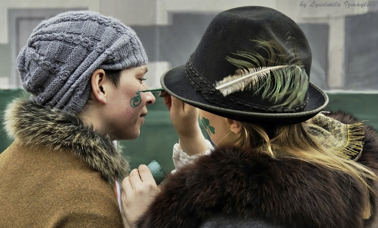 Mulheres pintando o rosto no St. Patrick's Day