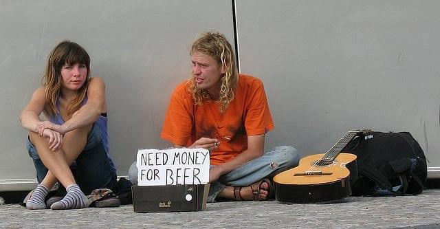Casal querendo dinheiro pra beber, mostrando a cerveja mais cara