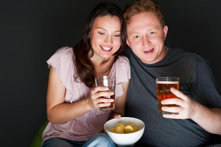 Casal feliz bebendo álcool e vivendo juntos