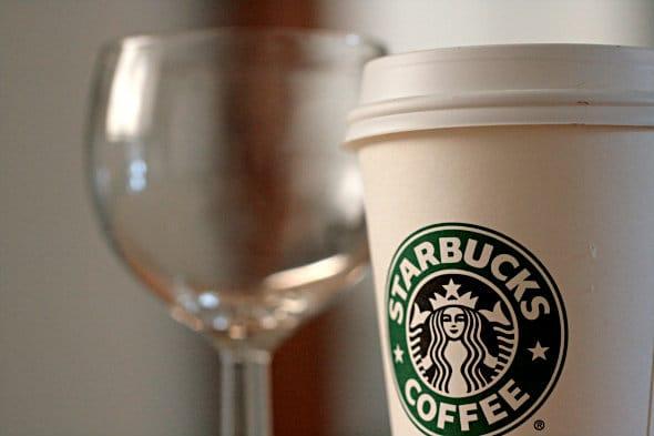 Taça de vinho e um copo da Starbucks